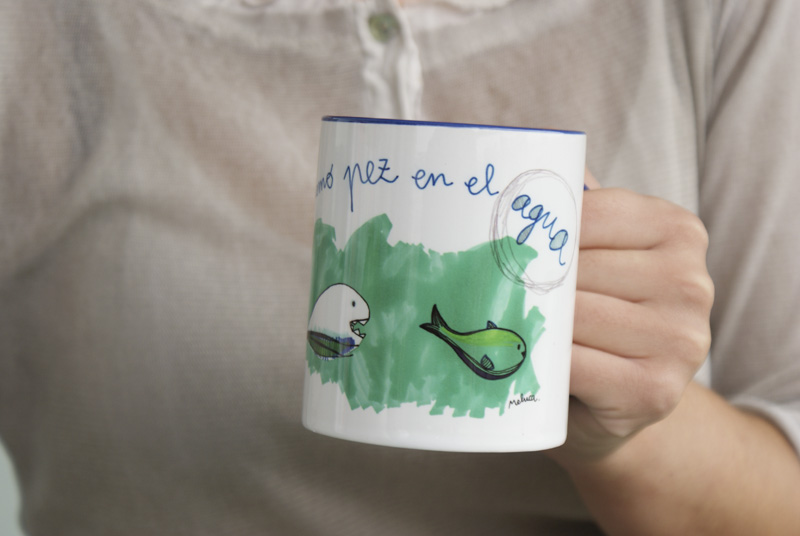 "Taza ""Pez"" con interior en color azul."